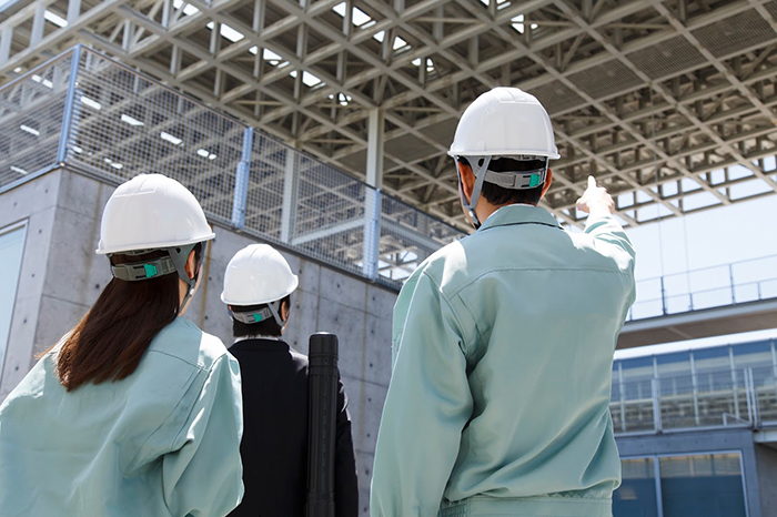 天井を見る工事スタッフ