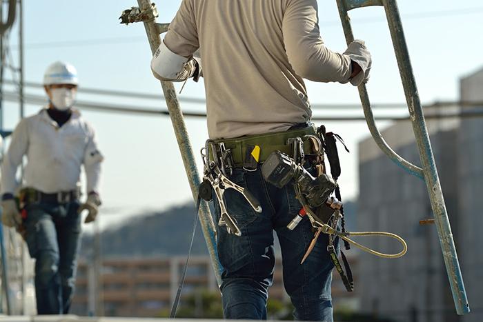 工事資材を撤去する男性